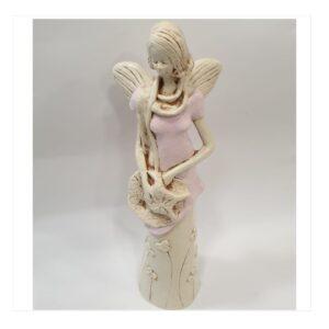 Anioł gipsowy kobieta modelka w różowej sukience z kapeluszem
