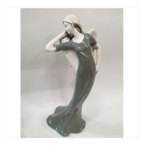 Anioł duży kobieta modelka w szarej sukience