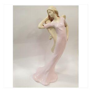 Anioł duży kobieta modelka w różowej sukience